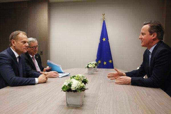 Donald Tusk na rokovaní s Davidom Cameronom. Bol pri tom aj šéf Európskej komisie Jean-Claude Juncker.
