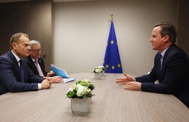 Donald Tusk už v piatok pred obedom opäť rokoval s Davidom Cameronom. Bol pri tom aj šéf Európskej komisie Jean-Claude Juncker.