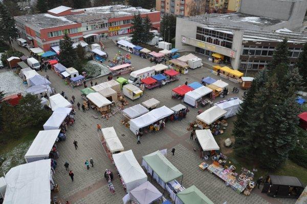 Pohľad na Katarínske trhy. Ďalšie stánky sú v mestskom kultúrnom stredisku.
