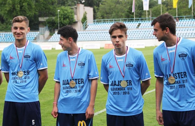 S Nitrou sa tešil z dorasteneckého zlata a zahral si aj v UEFA Youth League. Zľava Križan, Šurnovský, A. Fábry a Šípoš.