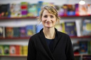 Maja Säfströmová (31) je architektka a ilustrátorka žijúca v Štokholme. Je známa svojskými kreslenými zvieratkami, ktoré zverejňuje na svojom profile na instagrame a na stránke www.majasbok.com. Vydala zatiaľ dve knihy o zvieratách. Jej Ilustrovaný atlas neuveriteľných faktov o zvieratách, ktorý vydala na Slovensku vo vydavateľstve Albatros Media, sa podľa New York Times v roku 2016 umiestnil medzi desiatimi najpredávanejšími knihami o zvieratách.