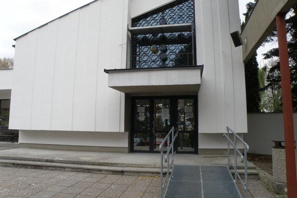 Dom smútku v Prievidzi prechádza rekonštrukciou. Ruch narúša posledné rozlúčky.