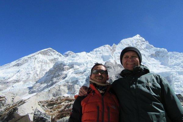 Cieľ treku - základný tábor Everestu. Ivan so sprievodcom. Druhý vrch zľava Everest so snehovým závojom.