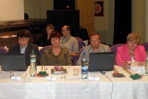 V roku 2009  dubnickí poslanci schválili Zásady odmeňovania poslancov mestského zastupiteľstva. Podľa nich sa odmeňujú aj tí poslanci, ktorí vo svojej funkcii končia.