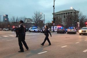Príslušníci polície pred nemocnicou Mercy v Chicagu.