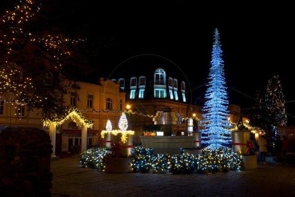 Vianočná výzdoba na Námestí svätého Egídia počas minuloročných Vianoc.
