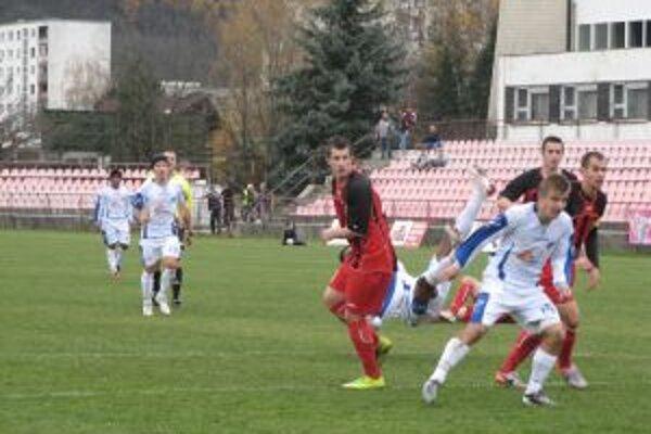 Trenčan Mazan (v bielom č. 15) dal vedúci gól lídra v Púchove.
