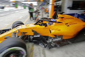 Španiel Fernando Alonso (McLaren) vychádza z boxov počas druhého voľného tréningu na okruhu Interlagos v Sao Paule pred Veľkou cenou Brazílie 9. novembra 2018.