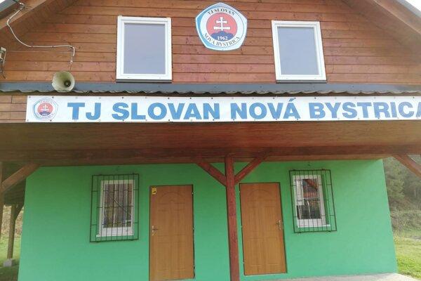 Budova, ktorá slúži futbalistom TJ Slovan Nová Bystrica.