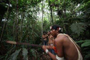 Domorodcov z kmeňa Waorani v ekvádorskom národnom parku Yasuni v Amazonskom pralese ohrozuje ťažba ropy.