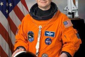 Astronaut NASA Eric Boe musel pre zdravotné dôvody z misie odstúpiť.