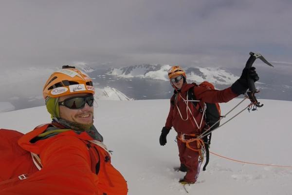 Dvaja slovenskí dobrodruhovia na jednom z dovtedy nezdolaných kopcov Antarktídy.
