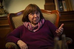 """Svetlana Alexijevič (1948), bieloruská novinárka a spisovateľka, laureátka Nobelovej ceny za literatúru v roku 2015. V slovenčine jej vyšla """"červená"""" pentalógia vo vydavateľstve Absynt (Vojna nemá ženskú tvár, Poslední svedkovia, Zinkoví chlapci, Černobyľská modlitba a Časy zo second handu)."""