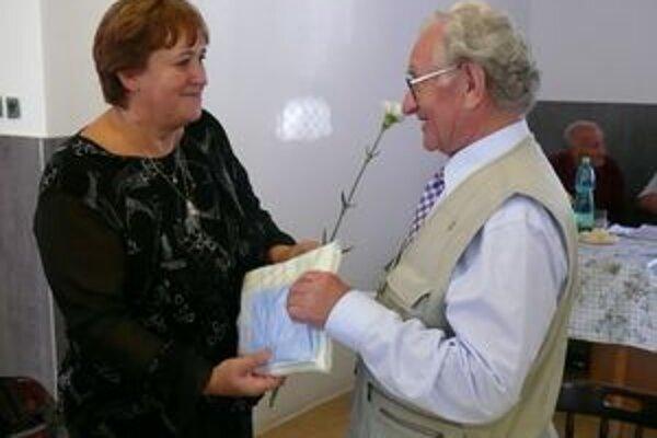 Milada Straková gratuluje Rudolfovi Krchňávkovi.