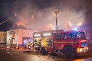 Niekoľko zvedavcov bránilo hasičom v uhasení požiaru strechy.