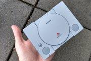 PlayStation Classic je taká malá, že sa vám zmestí do ruky.