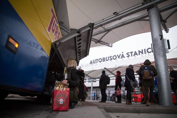 Na posledný autobus musia cestujúci čakať pred stanicou v zime a tme.
