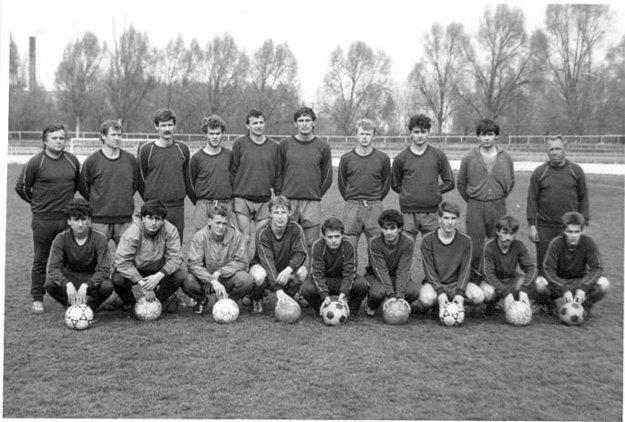 Mužstvo TJ Elektrosvit Nové Zámky zo sezóny 1989/1990. Vdolnom rade štvrtý zľava Norbert Čoknay.