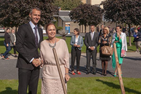 Raši ešte ako primátor a Macejková na Dni otvorených dverí Ústavného súdu na jeseň 2017, pred župnými voľbami, spolu zasadili strom.