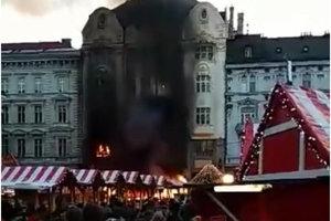 Pri udalosti zasahuje 25 príslušníkov HaZZ so siedmimi kusmi hasičskej techniky, na miesto smerujú aj dobrovoľní hasiči z Ružinova.