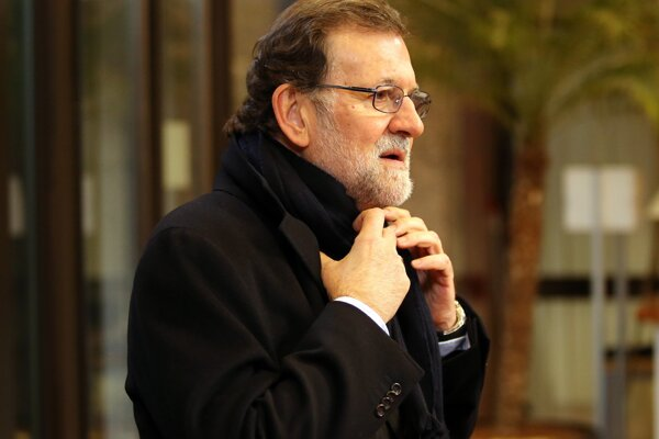 Dosluhujúci premiér Mariano Rajoy.
