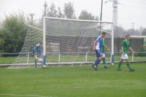 Brankár S. Írska vyťahuje loptu zo siete po prvom góle Huka.