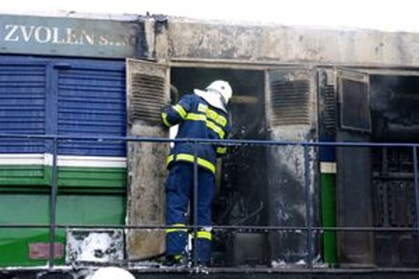 V Považskej Teplej horel na stanici rušeň.
