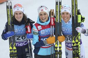 Tri najlepšie zo sobotňajších pretekov. Zľava druhá Ebba Anderssonová, víťazka Therese Johaugová a tretia Charlotte Kallová.