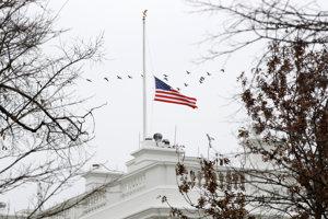 Vlajka na Bielom dome zvesená na pol žrde na počesť zosnulého exprezidenta Busha.