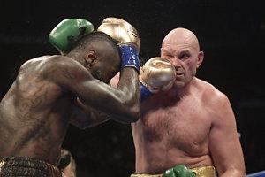 Deontay Wilder (vľavo) zasahuje počas zápasu Tysona Furyho.