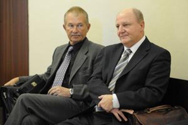Na snímke primátor Považskej Bystrice Miroslav A. (vpravo) čaká na súdne pojednávanie na chodbe krajského súdu.