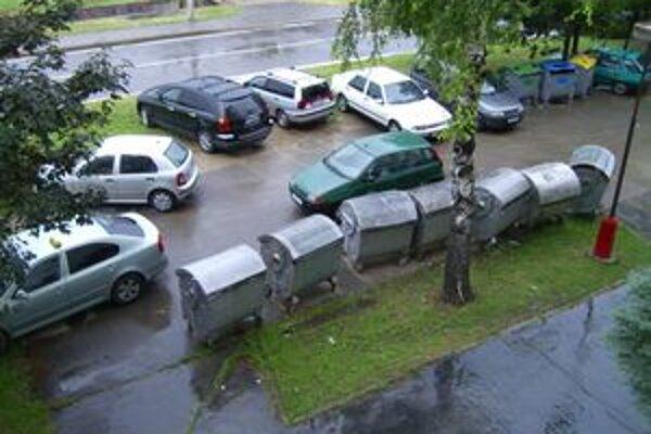 Zlé riešenie. Konatjnery pod oknom, autá na tráve. Za mesiac, dva by sa to malo zmeniť.