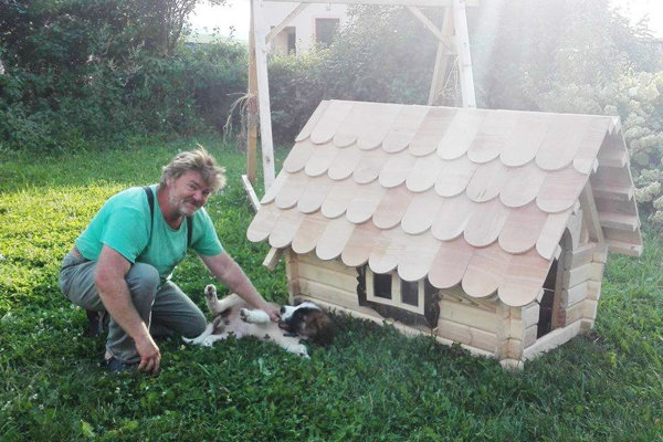 Aj takéto psie domčeky stolár vyrábal.