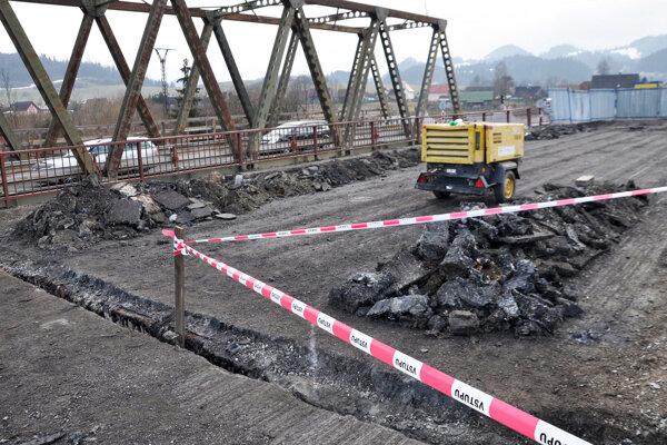 Poškodený most. Vodiči sa ho dočkajú až v lete.