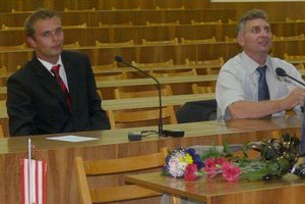 Na poslednom zastupiteľstve bolo kreslo poslanca Vladimíra Bačíka voľné. Ako spomienka bola položená na jeho stole kytica kvetov. Nahradil ho Roman Brtko (vľavo).