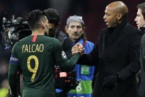 Radamel Falcao (vľavo) a tréner AS Monako Thierry Henry.