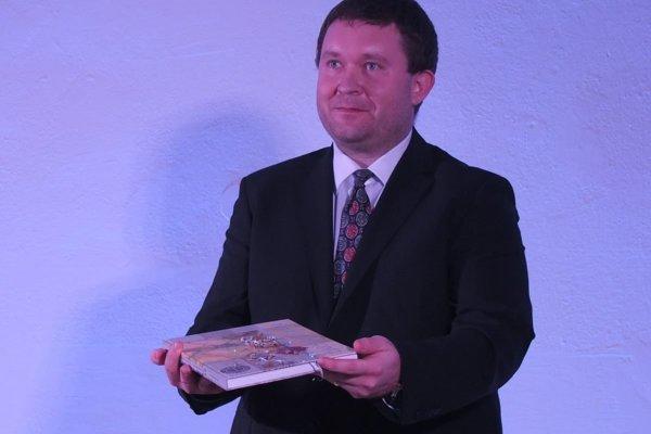 Novú publikáciu pokrstili hlinou z nádvoria kaštieľa a hliníkovými pilinami. Zostavovateľ monografie Marcel Pecník.