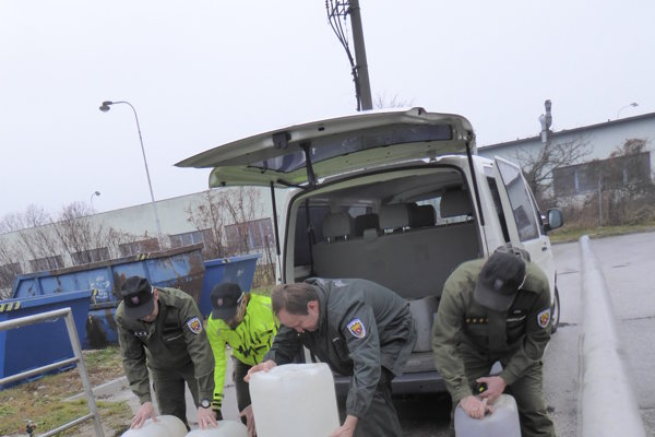 Colníci alkohol vyliali do čističky odpadových vôd.