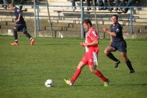 Futbalisti z Ľubele v emotívnom susedskom derby na trávniku vo Svätom Kríži vyhrali.