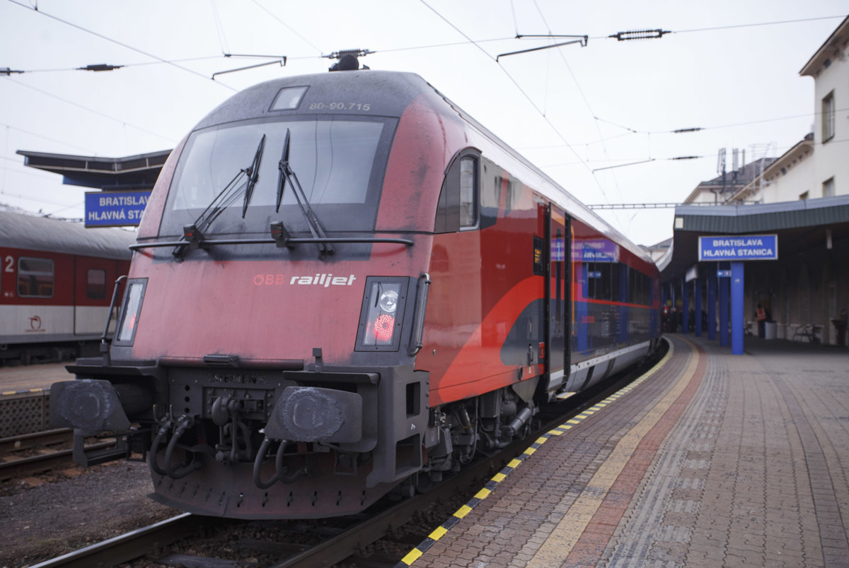 Nový vlak Railjet xpress na bratislavskej hlavnej stanici. edabd4d3750