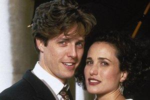 Film Štyri svadby a jeden pohreb sa sústreďoval na romancu medzi Carrie a Charlesom.