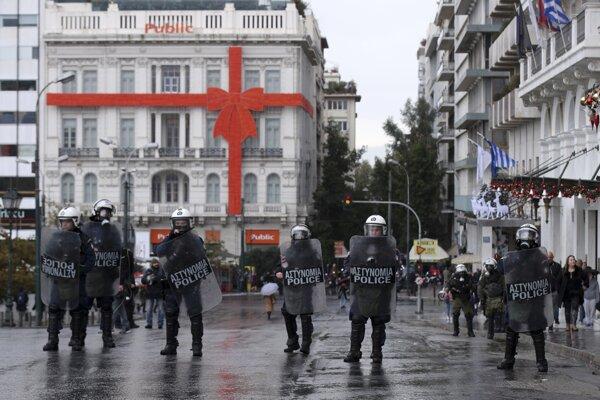 Na proteste v Aténach musela proti demonštrantom zasiahnuť polícia.