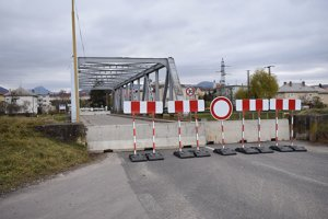 Most cez kanál uzavreli aj pre chodcov. Na druhej strane sú firmy, ľuďom znemožnili prístup do práce.