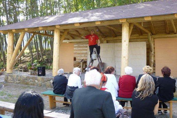 Seniorom zahrali divadelné prestavenie na novom javisku v prírode. Zmajstrovali ho šikovní kľačianski remeselníci.