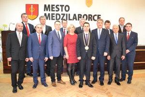 Po zasadnutí mestského zastupiteľstva sa poslanci a primátor zvečnili na spoločnej fotografii.