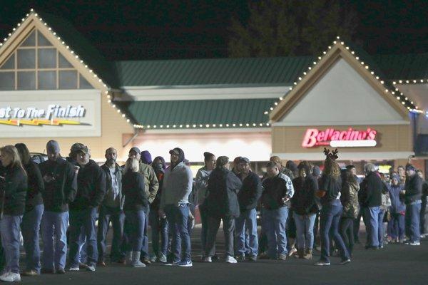 Američania si na Black Friday privstanú, aby si pred piatou ráno počkali v rade na akcie.