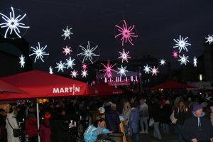 Vianočné trhy v Martine sa otvorili na Mikuláša. Rozžiarila sa i vianočná výzdoba.