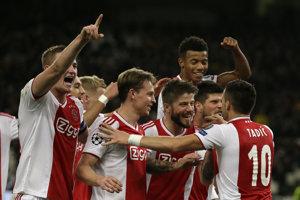 Hráč Ajaxu Dusan Tadič (vpravo) oslavuje so spoluhráčmi druhý gól do bránky AEK vo futbalovom zápase E-skupiny AEK Atény - Ajax Amsterdam 5. kola Ligy majstrov na štadióne v Aténach 27. novembra 2018.