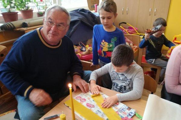 Starí rodičia spestrili deťom deň vškôlke.