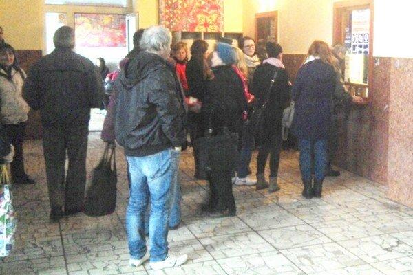 Ľudia stáli v radoch na lístky aj s veľkým predstihom pred odchodom vlaku. Mnohí si ho kúpiť nestihli.